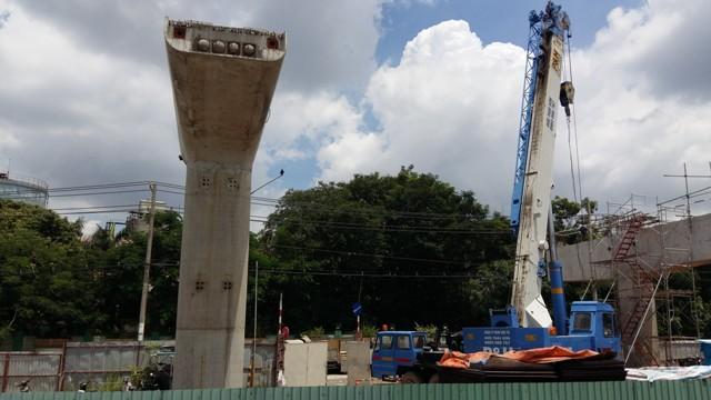 Bên cạnh việc thi công lắp dầm, nhiều trụ cần đường sắt cũng đang được thi công hoàn thiện.