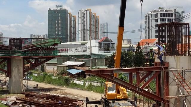 Tuyến metro số 1 Bến Thành – Suối Tiên dài 19,7 km đang được đẩy nhanh tiến độ xây dựng gói thầu số 2 (tuyến metro trên cao dài 17,1 km từ ga Ba Son, quận 1 đến ga Suối Tiên, quận 9). Hiện các nhà thầu đã thi công đạt gần 50% khối lượng.