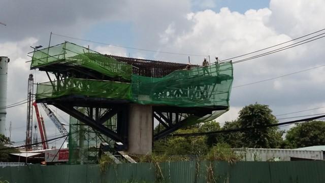 Công nhân đang thi công trụ đường sắt tại khu An Phú - An Khánh dưới cái nắng đổ lửa của Tp.HCM.