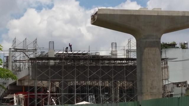 Hạng mục thi công nhà ga Thảo Điền. Đây sẽ là nơi cực kỳ sôi động sau khi dự án đưa vào sử dụng. Một số trung tâm thương mại chuẩn bị đưa vào khai thác để phục vụ nhu cầu này.