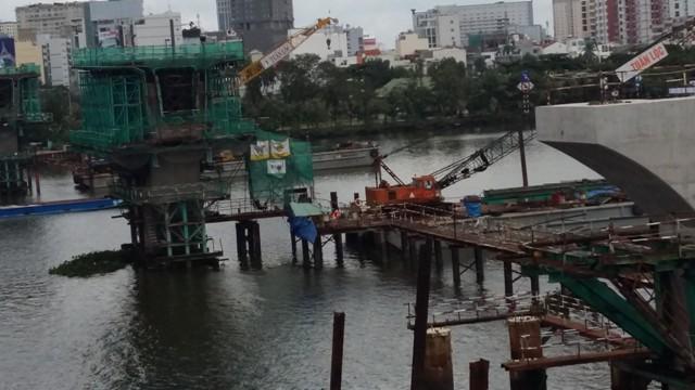 Công trường song song cầu Sài Gòn: 2 trụ cầu chính vượt sông Sài Gòn hiện đã thành hình, công nhân hiện đang khẩn trương thi công.