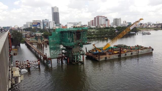 Những tòa nhà chọc trời liên tục mọc lên bám theo tuyến đường metro chỉ trong 2 năm trở lại đây. Đoạn này do lòng sông sâu và rộng, thi công gặp nhiều khó khăn, nhất là trong mùa mưa của Tp.HCM hiện tại.
