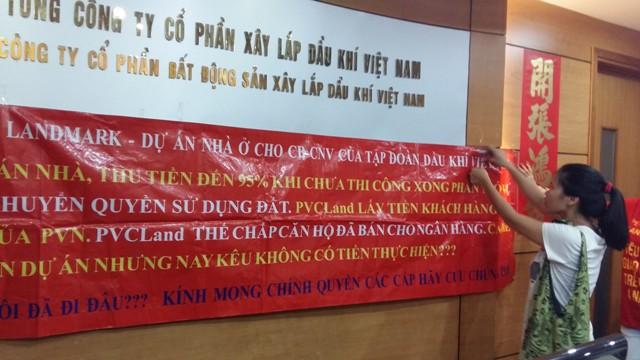 Khách hàng đã giăng biểu ngữ đòi nhà đỏ rực khắp văn phòng làm việc của công ty PVC Land.