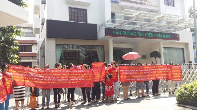 Đòi quyền lợi trước văn phòng đại diện của Tập đoàn Dầu khí Việt Nam tại Tp.HCM, trên đường Trương Định.