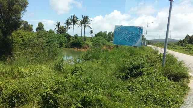 Tính đến cuối tháng 7/2015, Phú Quốc thu hút 196 dự án đầu tư trên đảo, trong đó có 136 dự án đang triển khai, với tổng diện tích 5.110 ha, tổng vốn đăng ký hơn 144.000 tỷ đồng, tập trung phần lớn vào lĩnh vực du lịch. Tuy nhiên, có rất nhiều dự án chỉ cấm biển thông tin như thế này nhiều năm qua nhưng không xây dựng.