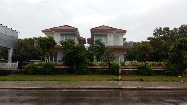 Hai căn biệt thự ngay trung tâm thị trấn Dương Đông đang được rao bán với giá gần 20 tỷ đồng/căn.