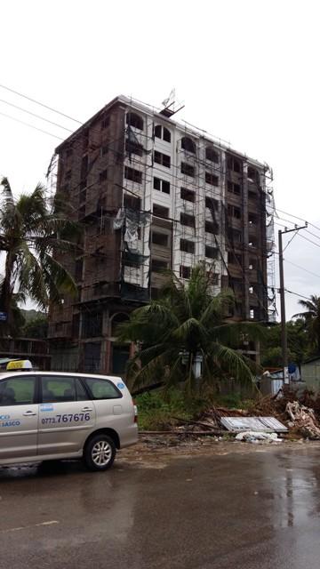 Tại thị trần Dương Tơ, hàng loạt dự án khách sạn đang mọc lên trên những lô đất mua lại từ người dân.