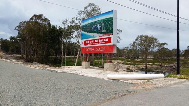 Tập đoàn LDG Group đã thi công tạm thời đường dẫn vào bãi biển, nơi đang tất bật xây dựng tổ hợp dự án Grand World.