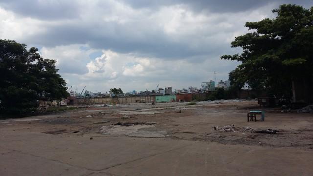 Một dự án khu dân cư đang được san lấp mặt bằng chuẩn bị đầu tư trên đường Nguyễn Hữu Thọ. Nơi đây, chỉ 2 tháng trước vẫn còn là mênh mông bụi rậm.