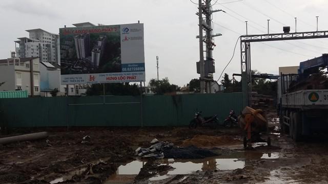 Trên công trường thi công chung cư cao cấp Hưng Phát 2, nằm trên đường Nguyễn Hữu Thọ.