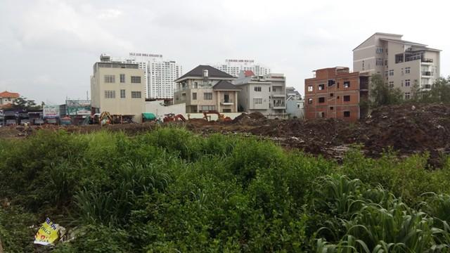 Dọc tuyến đường dẫn vào cảng Hiệp Phước, dự án biệt thư, nhà phố đang mọc lên khá dày đặc.