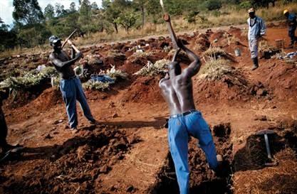 Nhiều người Zimbabwe kiếm sống bằng cách đào bới các ngôi mộ lấy cát, đá bán. Ảnh: BBC.