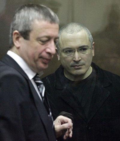 Luật sư Vadim Klyuvgant và ông Mikhail Khodorkovsky