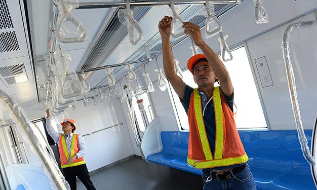 Công nhân và kỹ sư của gói thầu số 3 bọc các tay cầm để bảo quản - Ảnh: Thuận Thắng