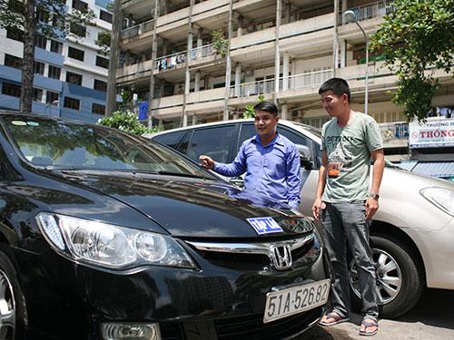 Học viên chọn xe lái thử tại Trường Dạy lái xe Thống Nhất (quận 10, TP HCM) Ảnh: Hoàng Triều