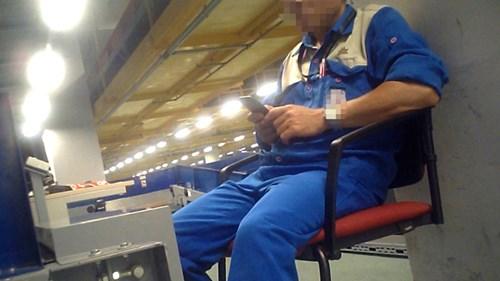 Dù công nhân bốc vác hành lý bị cấm dùng điện thoại, nhưng nhiều công nhân vẫn vô tư dùng khi làm việc. Ảnh cắt từ clip