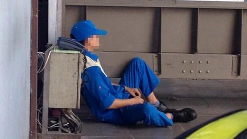Công nhân bốc vác sân bay tranh thủ ngủ mọi lúc mọi nơi. Ảnh: L.H.V