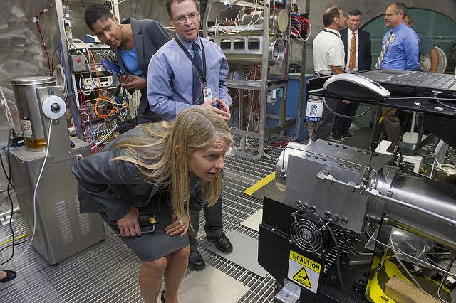 Newman trong chuyến thăm một trung tâm của NASA