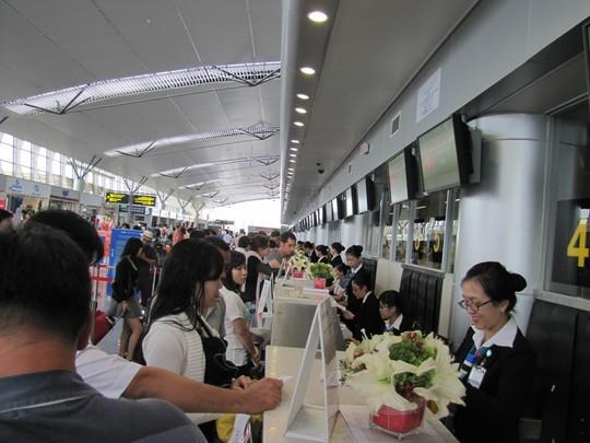 Hành khách làm thủ tục tại nhà ga quốc tế Đà Nẵng