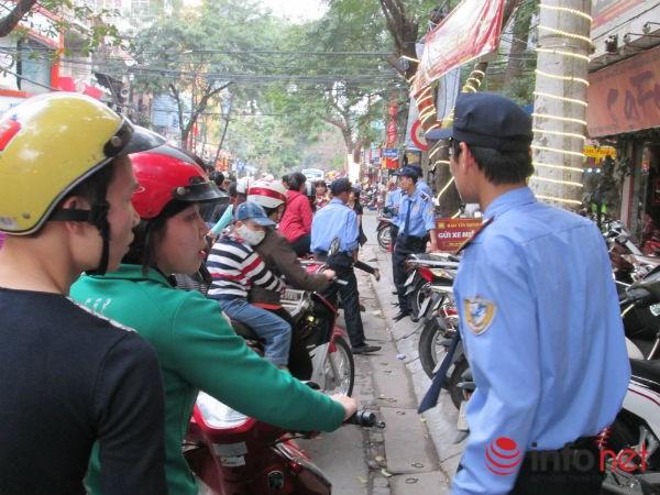 Nhân viên bảo vệ được tăng cường để hỗ trợ khách hàng.