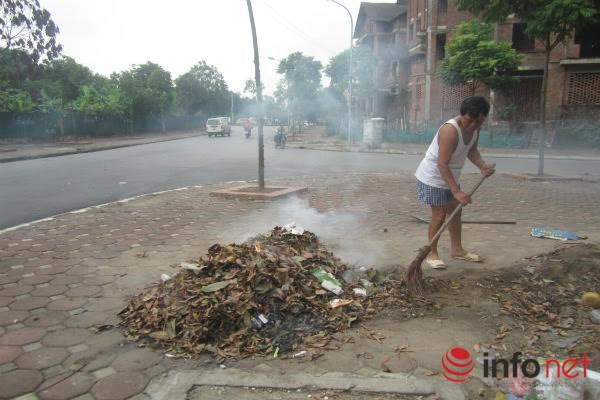 Người dân đốt lá, cỏ khô để làm phân bón cho rau.