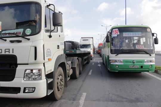 Nhiều xe bus, xe tải đã chạy qua làn đường xe máy mong qua được đoạn kẹt xe