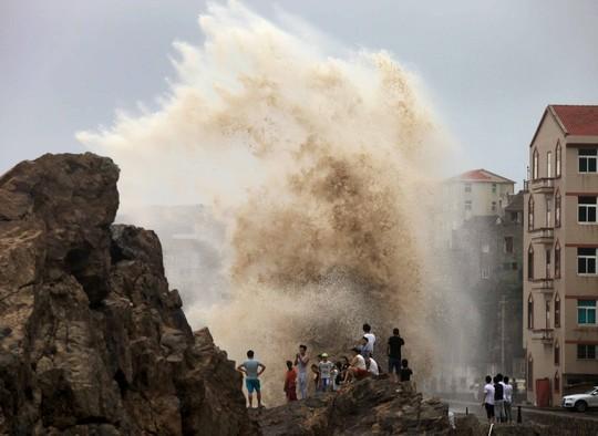 Sóng lớn tại TP Đài Châu, tỉnh Chiết Giang - Trung Quốc ngày 8-8.Ảnh: REUTERS