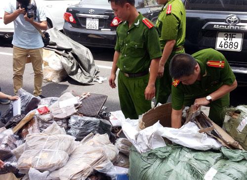 Lực lượng chức năng thu giữ hàng giả- ảnh Quang Minh