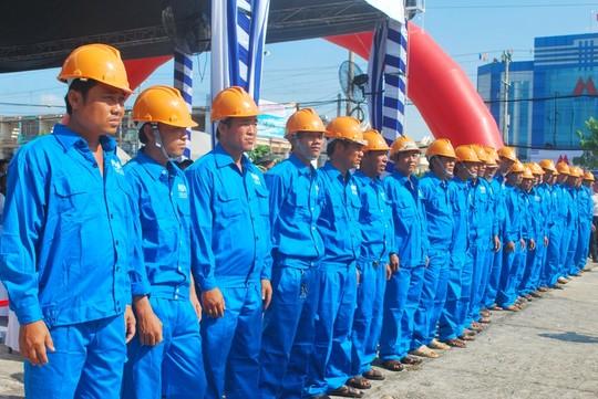 Các công nhân đang sẵn sàng chờ lệnh khởi công