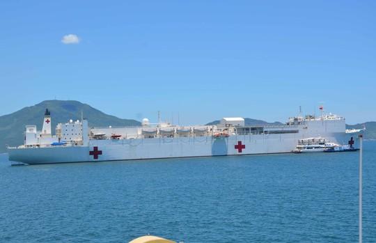 Tàu bệnh viện USNS Mercy mang theo hơn 800 người trong đó có 300 y, bác sĩ