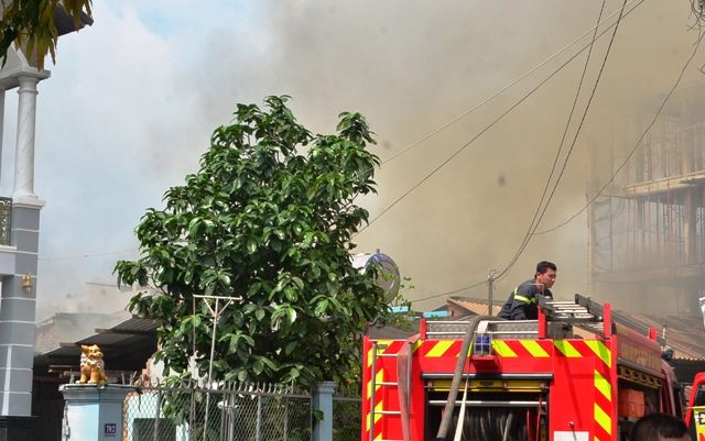 Lửa khói bốc cao hàng trăm mét khi lực lượng chữa cháy tiếp cận hiện trường