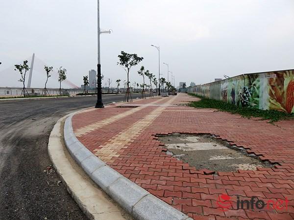 và đường Bạch Đằng (nối dài) đang được mở chạy dọc bờ Tây sông Hàn