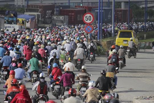 Dưới chân cầu Rạch Chiếc (phía Q.2, TP HCM) hàng ngàn phương thiện giao thông nhích từng bánh xe. Nhiều xe máy đã phải chạy vào các đường hẻm đi đường vòng để thoát kẹt.