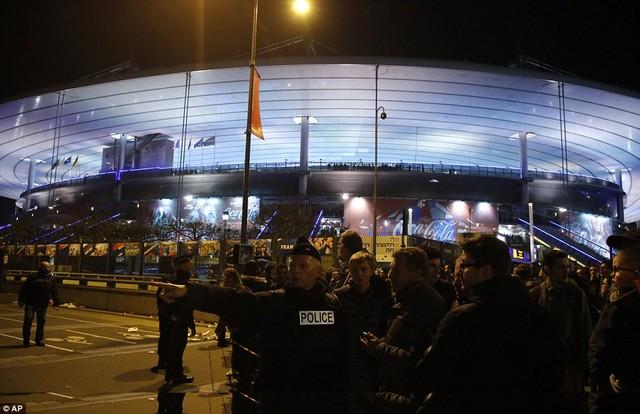 Cảnh sát bảo vệ sân vận động Stade de France, nơi diễn ra trận giao hữu giữa đội tuyển Pháp và Đức.