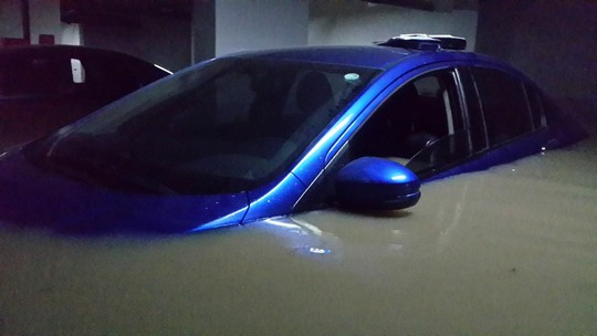 Một số ô tô chìm sâu trong nước tầng hầm chung cư Green Hills (Ảnh do người dân cung cấp)
