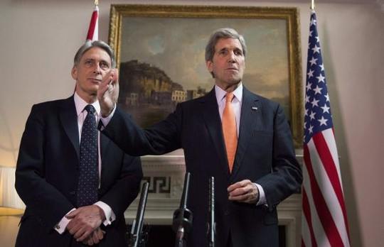 John Kerry (phải) và người đồng cấp Philip Hammond. Ảnh: Reuters