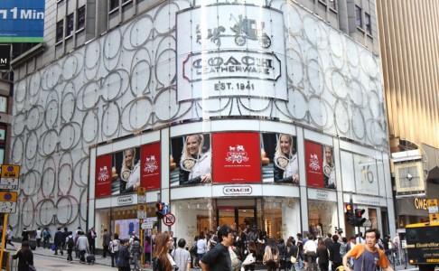 Coach, hãng có doanh thu chiếm 1/5 tổng doanh thu từ khách du lịch lại Bắc Mỹ cho biết năm ngoái khách du lịch Trung Quốc là nhóm khách hàng tăng nhanh nhất của họ. Ảnh: Dickson Lee.