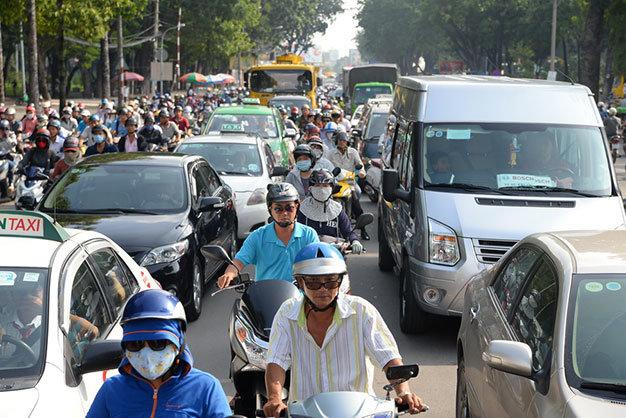 Xe máy và ôtô chen dày đặc trên đường Hoàng Minh Giám - Ảnh: Hữu Khoa