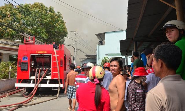 Rất người người dân xung quanh di chuyển đồ đạc vì sợ cháy lan