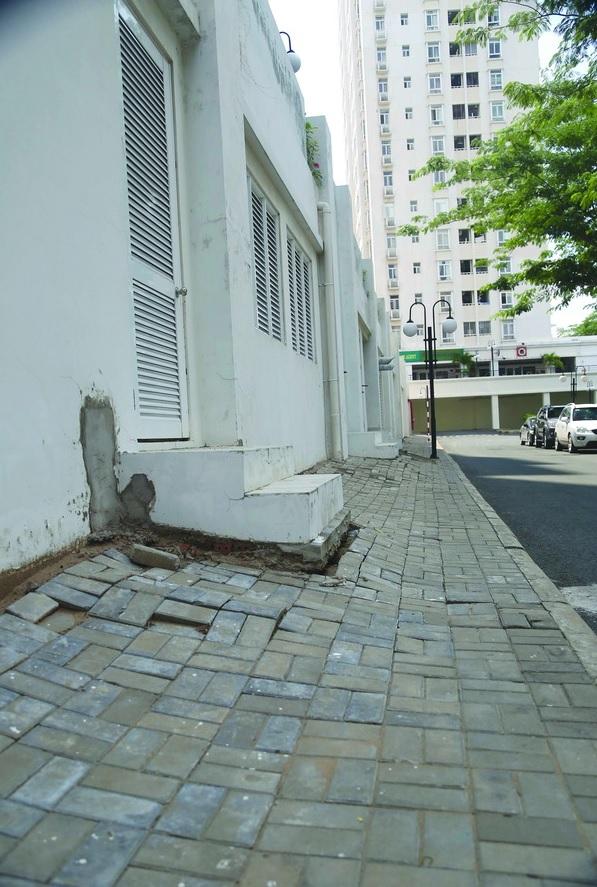 Những vết trám xi măng tạm bợ trên tường cho thấy sự quản lý đô thị ẩu tả.