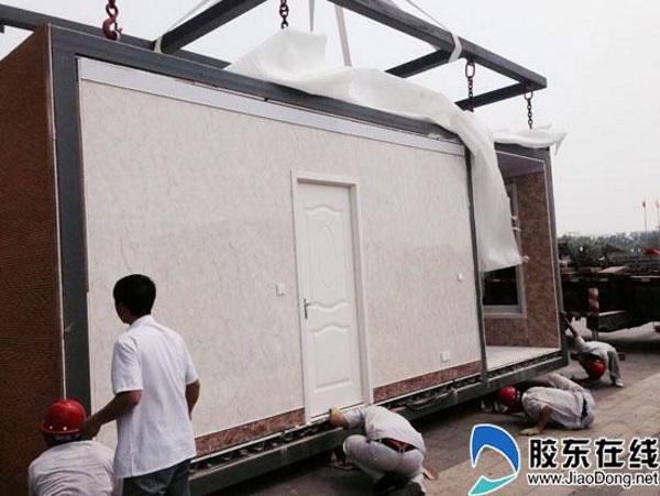 Quá trình xây dựng căn nhà, công nhân đang tiến hành lắp ráp các bộ phận căn nhà lại với nhau