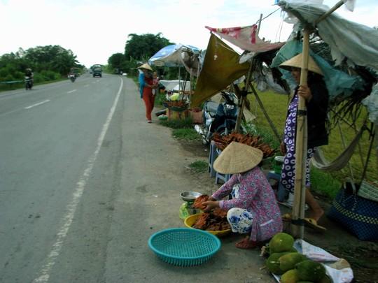 Bất chấp cái nắng oi bức, nhiều phụ nữ vẫn túc ven đường cả ngày để mưu sinh