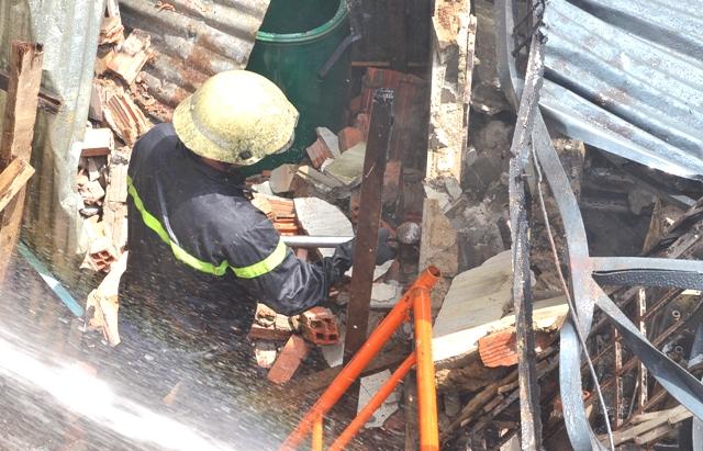 Nhà xưởng bị thiêu rụi sau vụ cháy kinh hoàng.