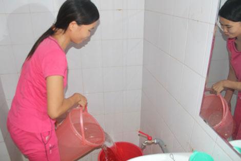 Về đổ vào thùng nhựa chứa nước tại phòng.