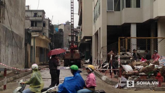 Theo ghi nhận của PV tại hiện trường, cẩu vận chuyển khi đưa công nhân lên xuống tòa nhà đã bị sập. Khi đó, có 3 công nhân ở bên trong.