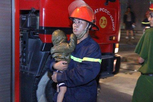 Người già và trẻ nhỏ được lực lượng chức năng cứu đưa đi viện