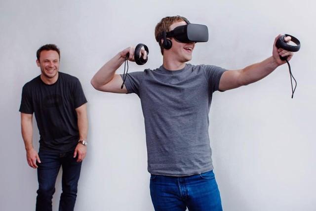 CEO Mark Zuckergerg của Facebook tỏ ra vô cùng thích thú trước phát minh Oculus Rift của Luckey.