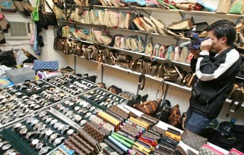 Các mặt hàng nước hoa, quần áo và đồng hồ giả mang nhãn hiệu hàng cao cấp được bày bán ở khắp các đường phố tại các thành phố lớn ở Đại Lục.