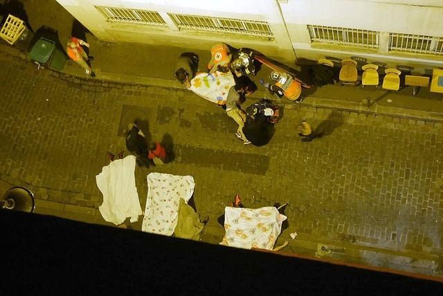 Thi thể một nạn nhân nằm trong một ngõ nhỏ ở Paris au hàng loạt vụ tấn công tối 13/11 (giờ địa phương). Ảnh: Dailymail