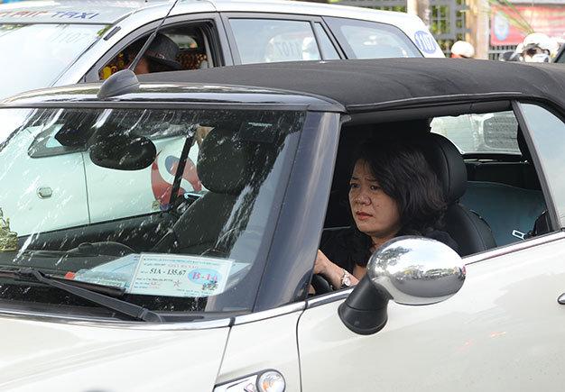 Một phụ nữ đi ôtô nhăn nhó vì kẹt xe - Ảnh: Hữu Khoa